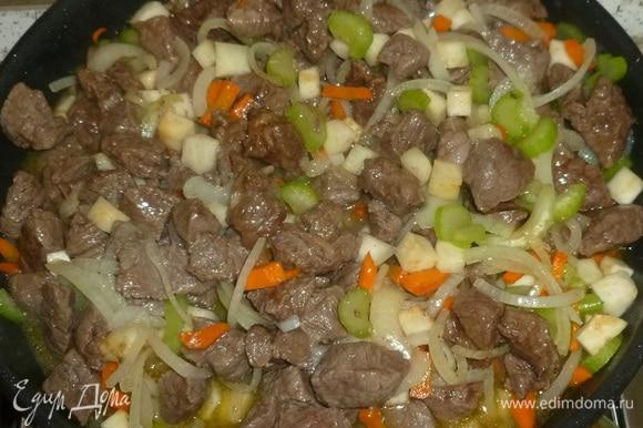 Добавить мясо, мед, бульон. Накрыть крышкой и тушить 40 минут.