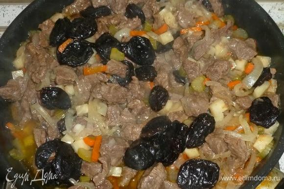 Добавить чернослив, при необходимости добавить бульон или кипяток, тушить еще 15 минут. Добавить лавровый лист, соль и перец по вкусу, готовить еще 15–20 минут.
