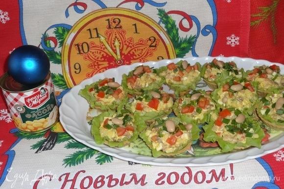 Выложить тарталетки на блюдо и подать на праздничный новогодний стол. Приятного аппетита в новогоднюю ночь! Всех с наступающими праздниками!