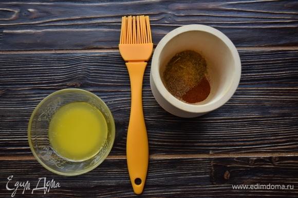 Сливочное масло растопить. В ступке измельчить специи с солью.