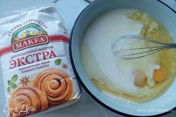 Добавляем яйца куриные, масло растительное, кефир. Все тщательно перемешиваем. Разделяем тесто на 2 части. Перелить вторую часть в отдельную миску и добавить к ней какао. Тщательно перемешать.