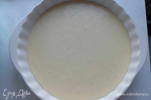 Сначала в форму выливаем тесто обычное (без какао).