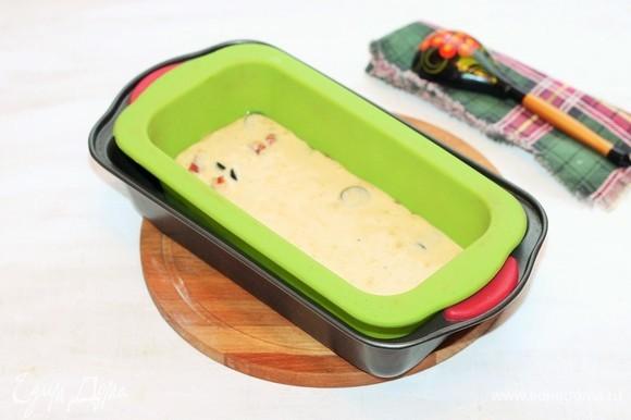 Застелите прямоугольную форму бумагой для выпечки или возьмите силиконовую. Смажьте формочку растительным маслом. Вылейте в нее тесто. Выпекайте 40 минут или до сухой спички.