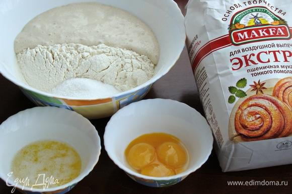 Как только дрожжевая «шапочка» поднялась, опару влить в миску с заранее просеянной мукой. Добавить остальные ингредиенты и замесить мягкое тесто.