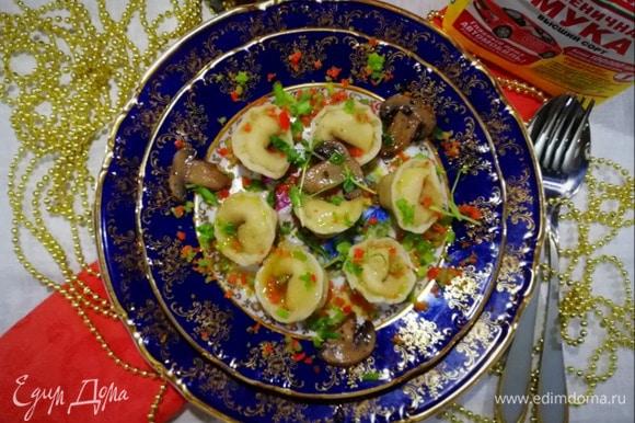 Или подаем на тарелке, сбрызнув оливковым маслом и посыпав сыром (у меня сыр с песто и томатами).