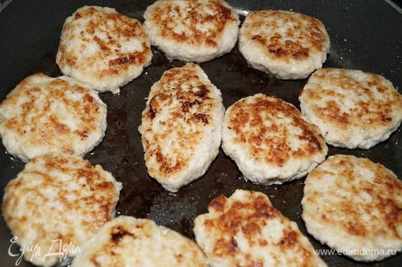Обжариваем котлеты на разогретой с маслом сковороде с двух сторон до румяной корочки.