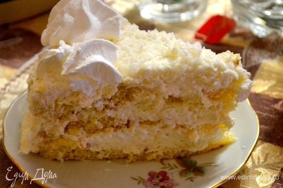 Так тортик выглядит в разрезе. Коржи пропитываются кремом, становятся нежнее пуха. Торт можно есть, что называется, одними губами.