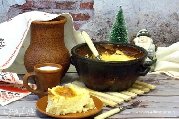 Дать немного остыть и подавать с молоком и сметаной. Ведь завтрак должен быть вкусным и сытным, особенно в такой день. При желании в него можно добавить ванилин, сухофрукты или ягоды. Но это будет уже совсем другой пшенник.