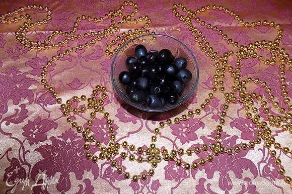 Выкладываем маслины без косточек.