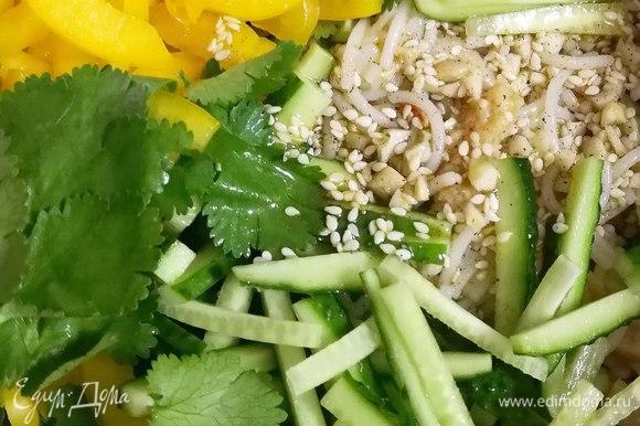 Огурец и перец режем соломкой, рвем руками листья кинзы. Если вы любите, чтобы зелень была мелкой, измельчите кинзу. Объединяем все продукты, выливаем заправку и перемешиваем.