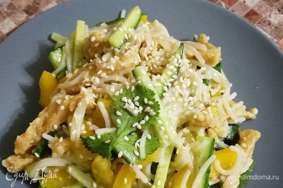 Перед подачей можно украсить салат кунжутом. Приятного аппетита!