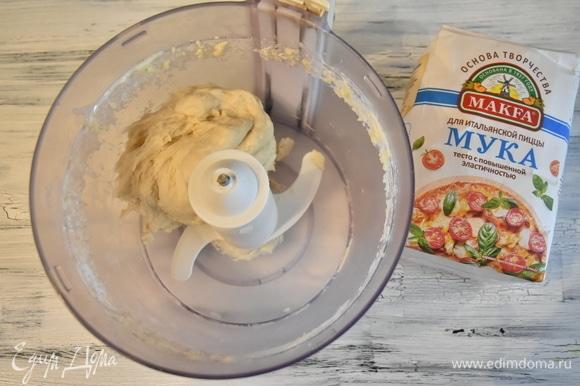 В течение 2 минут замешиваю тесто. По консистенции оно получается мягким и гладким. При замешивании оно собирается в шар, а заодно и счищает остатки теста с чаши.