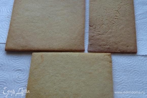 Охлажденное тесто раскатать в пласт толщиной 4 мм и вырезать необходимые детали для стен, пола.