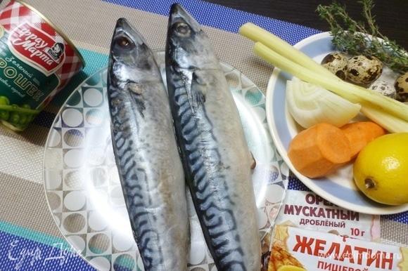 Подготовить продукты для заливного из скумбрии. Овощи вымыть и почистить.