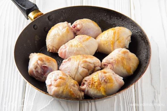 Для чахохбили лучше брать курицу на кости (любые части). Я использую куриные голени. Обжарить курицу на растительном масле до румяной корочки.