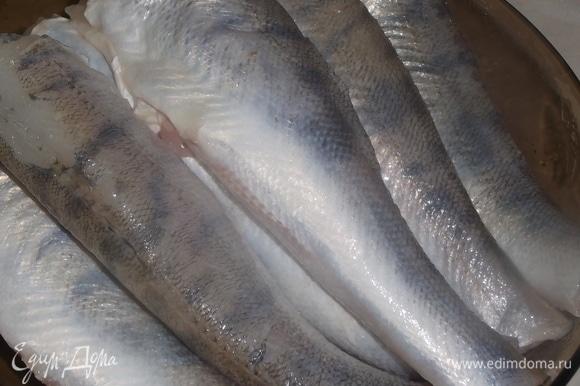 Подготовить рыбу. Посолить, поперчить, нарезать на порционные куски.