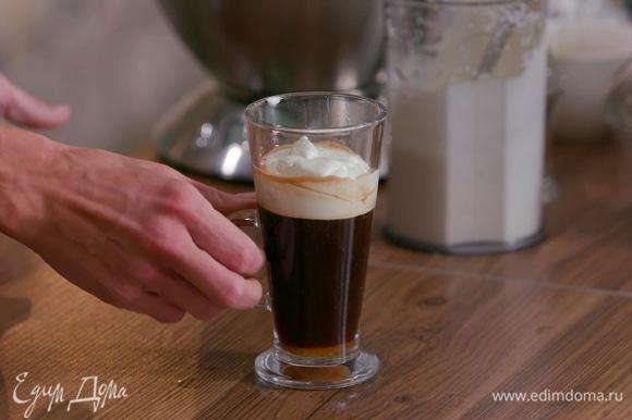 В чашку добавить сахар, влить виски и кофе, сверху налить сливки по обратной стороне ложки.