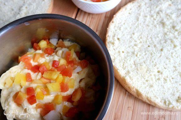 Пропитать равномерно коржи по всей поверхности из столовой ложки сиропом с коньяком. Меньшую часть крема оставить в миске, в другую добавить консервированные тропические фрукты, нарезанные на небольшие кусочки.
