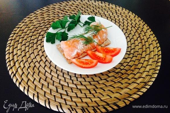 Малосольную рыбку украшаем зеленью, достаем хлебцы, и вуаля! Приятного аппетита!