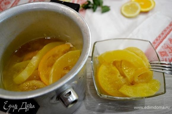 Готовый десерт разложить по креманкам и залить ароматным соком.