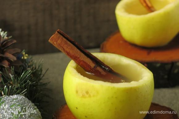 Разливаем по бокалам-яблокам. Доливаем напиток в яблоки, когда бокальчик опустеет. Подаем с медом, у меня мед с хвоей. Приятного аппетита!