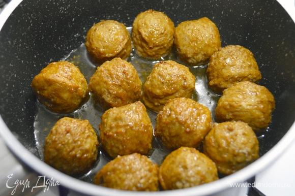 Фарш, хлеб после заморозки, молоко, воду, лук, чеснок, яйцо, укроп, паприку, черный перец и соль — все тщательно перемешать, измельчить, отформовать (рекомендую использовать форму для выкладки мороженого) и заморозить в течение часа. После этого налить в сотейник масло, положить тефтели, добавить воду, накрыть крышкой. Готовить 15 минут на медленном огне с момента закипания жидкости.