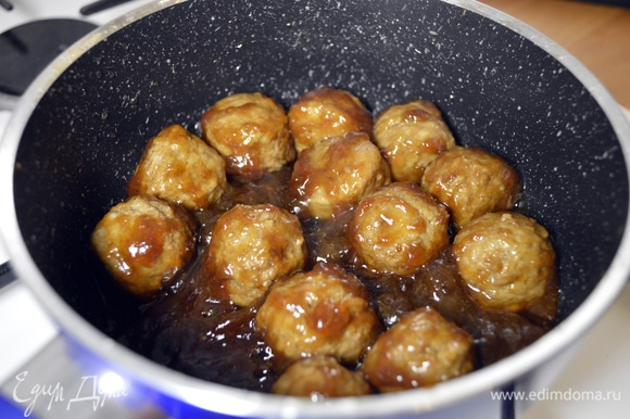 Добавить к соусу тефтельки, хорошо прогреть, тщательно перемешать (минуты 3–4).