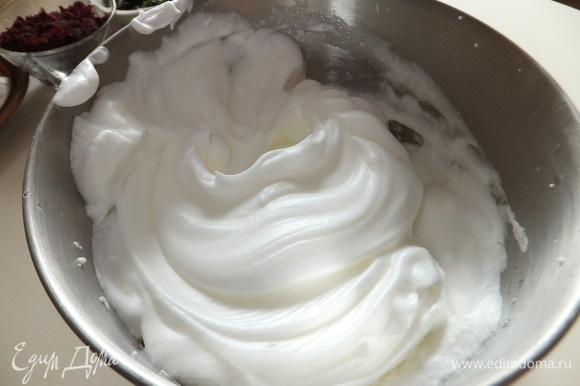 Белки солим щепоткой соли и взбиваем до крутых пиков.