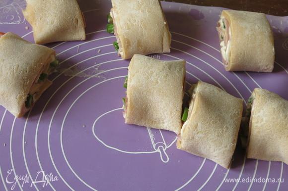 Сворачиваем рулет плотно, нарезаем на кусочки. В сети распространен рецепт с начинкой из шпината, тыквы и рикотты, там рулет в полотенце целиком отваривается, этот вариант с запеканием с бульоном. Нашла и похожий рецепт, но листы предварительно отвариваются две минуты, потом выкладываются прямоугольником, на них кладется начинка, рулет заворачивается в полотенце, кладется в холодильник на 30 минут, достается, нарезается и только потом запекается в соусе. Разновидностей ротоло множество.