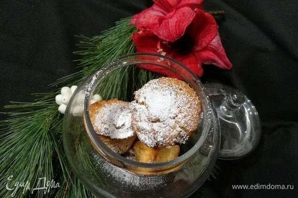 По желанию посыпать сахарной пудрой. Обязательно отведайте свежий штоллен, его корочка аппетитно хрустит!