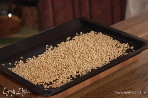 Орехи всыпать на противень (горсть оставить для украшения), отправить в разогретую духовку и подсушить до золотистого цвета.