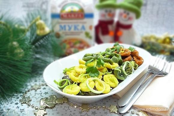 Украшаем сверху зеленью, кунжутом и кольцами лука-порея. Можно немного сбрызнуть оливковым маслом. Подаем на стол сразу же, пока горячие. Приятного аппетита!