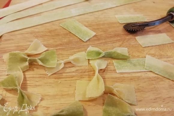Теперь из раскатанных полосок сделаем фарфалле. Сначала разрежем пласты на полоски шириной 1,5 см, затем — на прямоугольники. В середине прямоугольник зажимаем пальцами. Получились красивые «мраморные» бабочки.