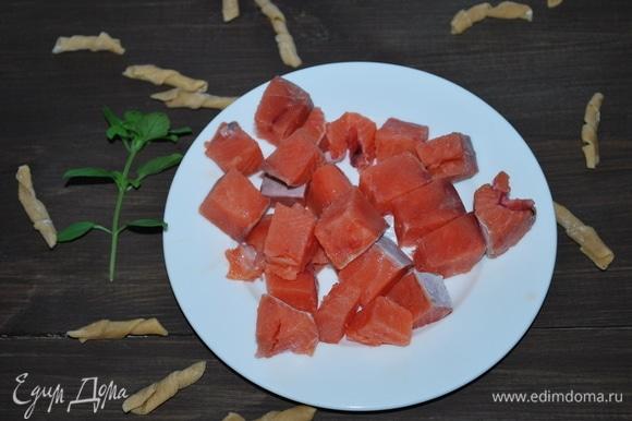 Рыбу очистим от костей и кожи, нарежем на квадраты размером примерно 1,5х1,5 см.