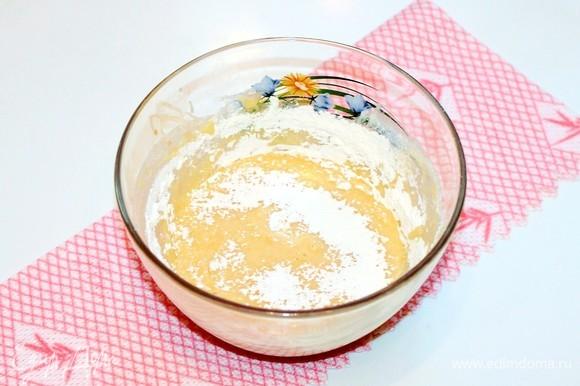 В чашу миксера с масляной смесью аккуратно добавляем мучную смесь и на низкой скорости миксера перемешиваем.
