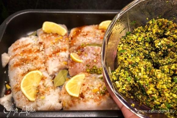 Выкладываем соус на рыбу.