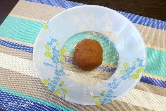 Замесить довольно крутое тесто. Муки может понадобиться больше или меньше — зависит от размера яйца и влажности муки. Завернуть тесто в пленку и оставить на 30–40 минут.