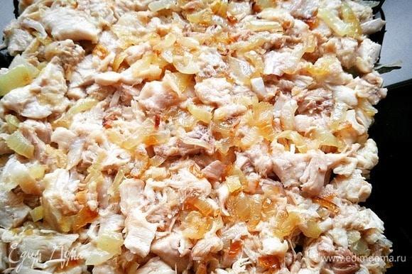 Отварные бедра смешиваем с жареным луком, солим и перчим. Тщательно перемешиваем. Сверху выкладываем слой майонеза.