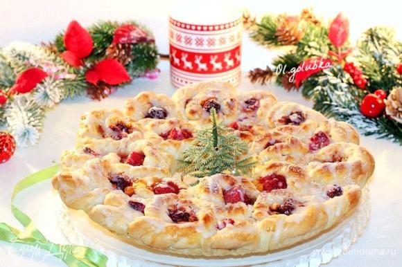 Выпекаем пирог в хорошо разогретой до 180°C духовке минут 30–40 до легкого румянца. Затем смазываем пирог взбитым желтком с 1 щепоткой сахара и 1 ст. л. молока и допекаем до красивой корочки.