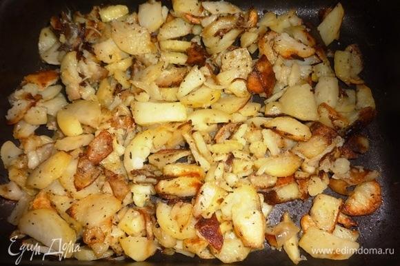 Готовый картофель достать из духовки. Картофель посолить, положить в него сливочное масло, перемешать.