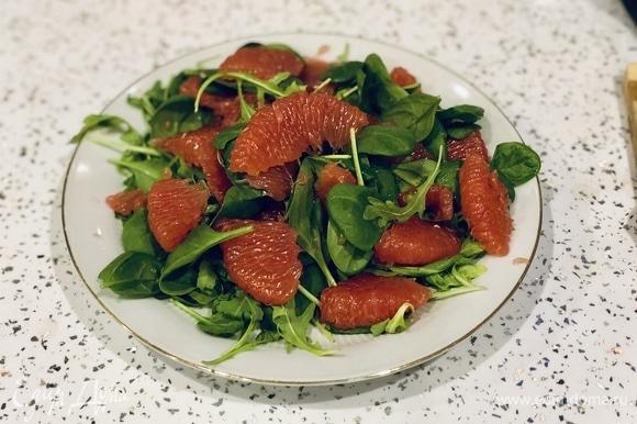 На листья салата сверху выкладываем грейпфрут.
