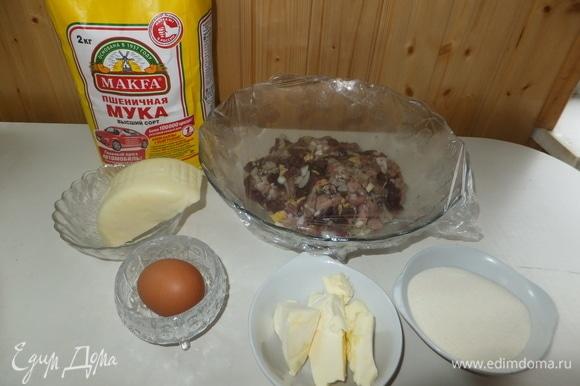Готовим фарш на котлеты: рубим мясо мелким кубиком. Добавляем чеснок, лук, манку, яйцо. Сыр трем на терке.