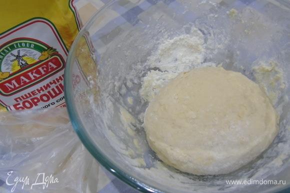 Добавляем яйца, сметану, соль и распущенные дрожжи. Замешиваем мягкое и эластичное тесто. Муки может понадобиться немного больше (примерно на 50 г).