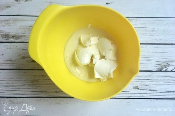 Взбейте крем из творожного сыра и сгущенного молока. Смажьте им горячие булочки прямо из духовки.