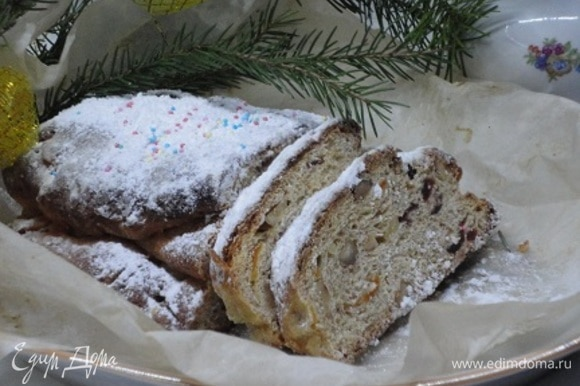 Перед употреблением в праздники выдержите штоллен пару часов при комнатной температуре, чтобы он заблагоухал, еще раз посыпьте сахарной пудрой и нарезайте.