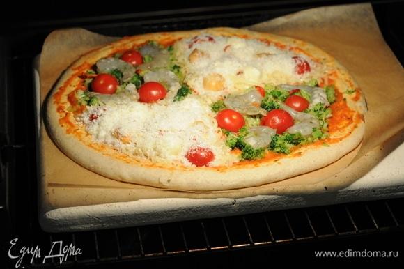 Кладем в разогретую до 230°C духовку на пекарский камень. Пекарский камень для выпечки создает в обычной духовке эффект пода — нижней поверхности каменной печи. Он аккумулирует в себе тепло, выравнивает температуру духовки и отдает ее во время выпечки, не давая тесту расползтись, подгореть или остаться сырым. Пицца пропекается за 10–15 минут. Начинка не теряет сочность, а корочка получается хрустящей.