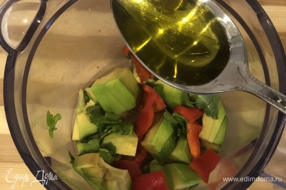 Берем одно авокадо, очищаем его от кожуры и кладем в блендер. Также и перец: очищаем, нарезаем — и в блендер. К авокадо добавляем 1/2 зубчика чеснока, 1 чайную ложку оливкового масла, щепотку розовой гималайской соли и 1–2 столовые ложки сока лайма. Хорошенько взбиваем.