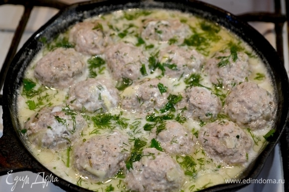 Соединить фарш, мелконарезанный лук, специи, соль. Сформировать фрикадельки, в сковороду добавить немного масла и воды, довести до готовности наши шарики, посыпать зеленью.