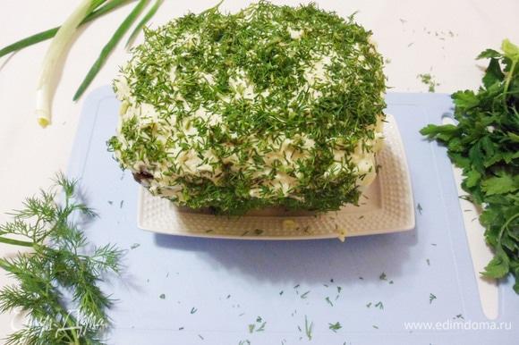 Затем аккуратно снять пленку, смазать буханочку бородинского хлеба оставшейся сырно-майонезной смесью и посыпать нарезанной зеленью (у меня укроп и петрушка).