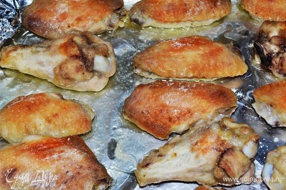 Включаем духовку на 200°C и начинаем выпекать наши крылышки сначала с одной стороны, потом — с другой)